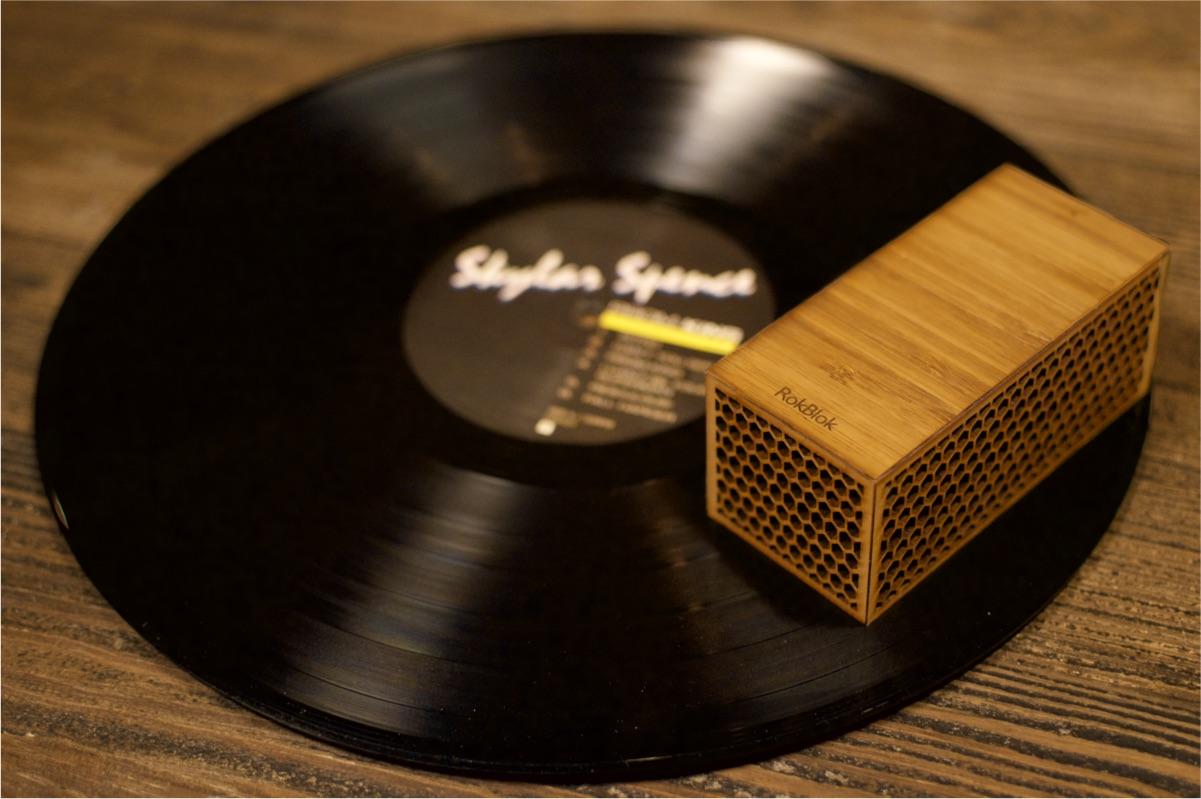 پخش کننده صفحه ای که با چرخیدن بر روی صفحه موسیقی را پخش می کند