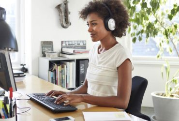 آیا ما باید در محل کار به موسیقی گوش دهیم؟