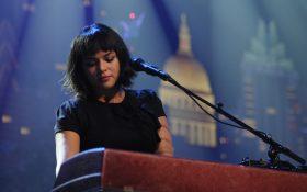 نورا جونز در ادای احترام به کریس کرنل آهنگ Black Hole Sun را اجرا کرد + ویدیو