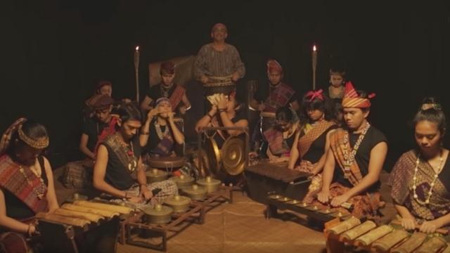اجرای موسیقی شروع سریال بازی تاج و تخت توسط گروه Kontra-GaPi