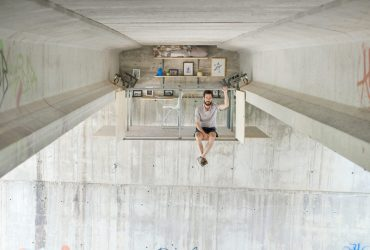 ساخت استودیو معلق زیر پلی در بزرگراه اثر Fernando Abellanas