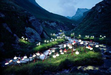 اینستالیشن های سورئال با استفاده از کتاب و لامپ در جنگل های نروژ