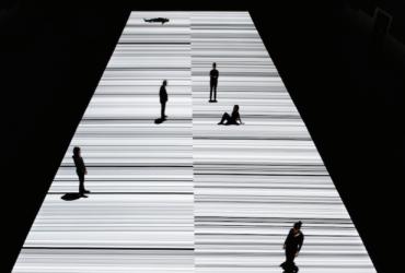 Ryoji Ikeda اثر جدید صوتی/تصویری خود را در نمایشگاه Store Studios به نمایش می گذارد