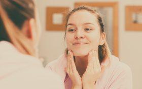 10 اشتباه رایج که در هنگام تمیز کردن صورت انجام می دهیم !