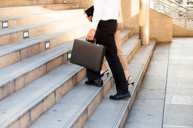 همه این موضوعاتکاهش وزن در محل کار را کمی سخت کرده است . اماخوب شما تنها نیستید، در سال 2013 در تحقیقات انجام شده مشخص شد از هر 5 کارمند دو نفر به دلیل فعالیت کاریشان دچار اضافه وزن شده اند.