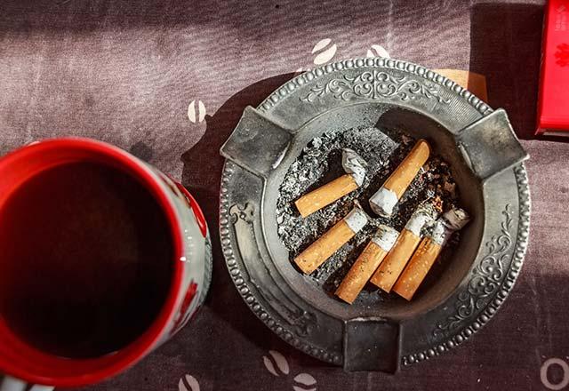 چه اتفاقی می افتد اگر چای و سیگار را با یکدیگر مصرف کنید ؟