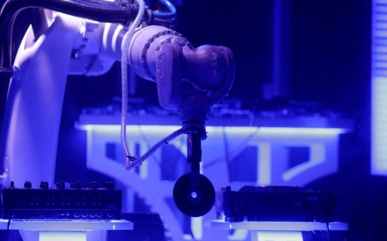 KUKA اولین دی جی رباتیک جهان که در شهر پراگ مشغول به کار است!!!