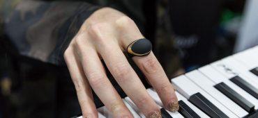 این حلقه میدی کنترلر وایرلس به شما اجازه کنترل افکت های موسیقایی را بوسیله حرکت دست می دهد