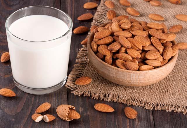 با فواید شیر بادام برای تمیز کردن پوست صورت آشنا شوید !