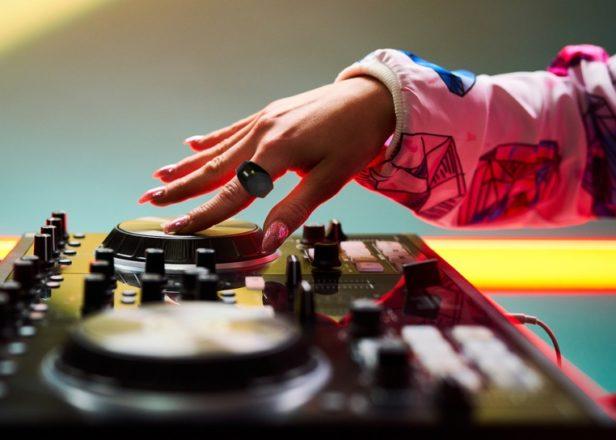 wave میدی کنترلر به سبک حلقه برای کنترل موسیقی با حرکات دست