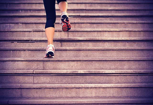 6 دلیل برای بالا رفتن از پله ها