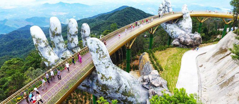 پل عابرپیاده در ویتنام با پایه هایی از دستانی عجیب و غول پیکر