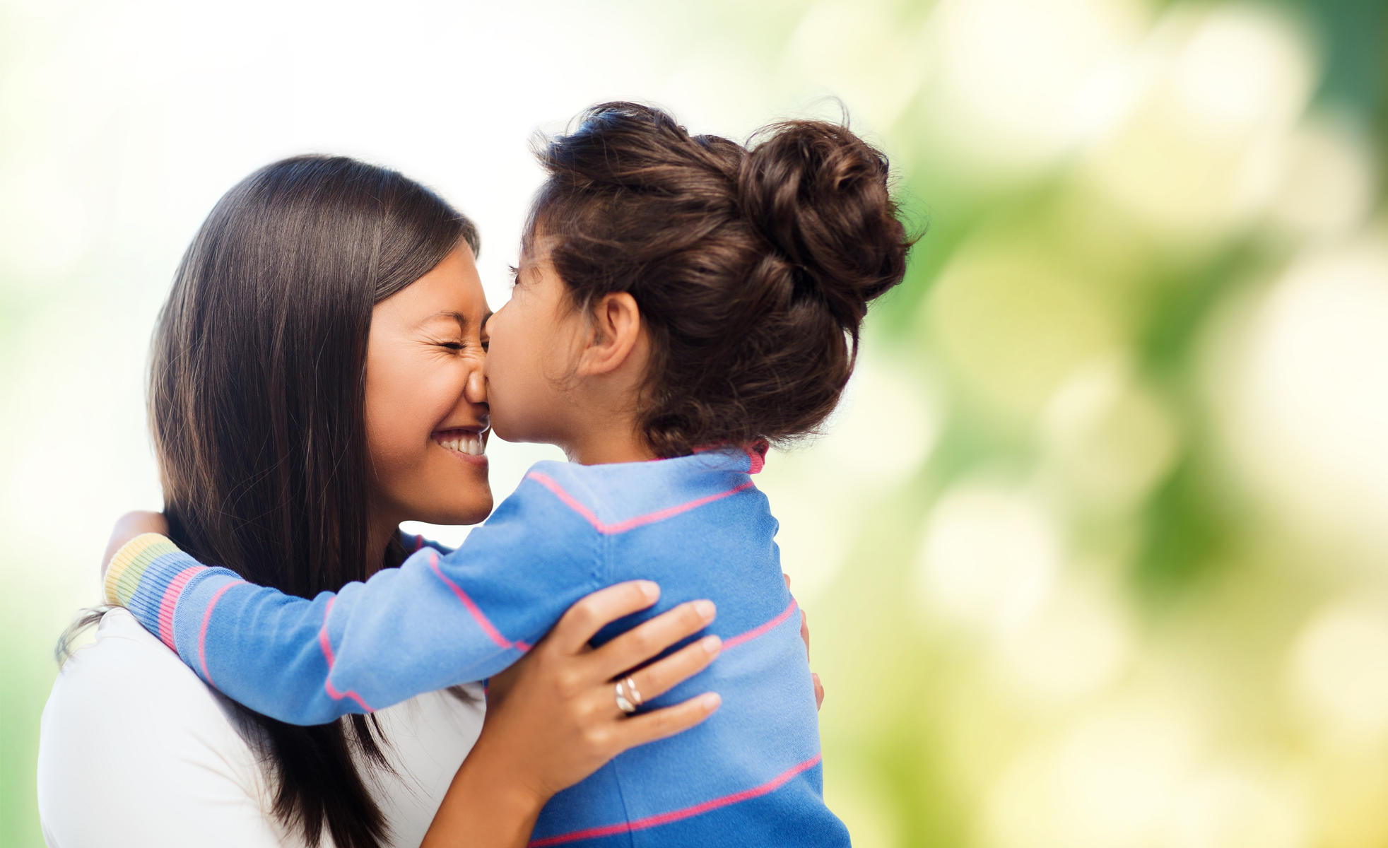 بوسیدن لب کودکان توسط والدین