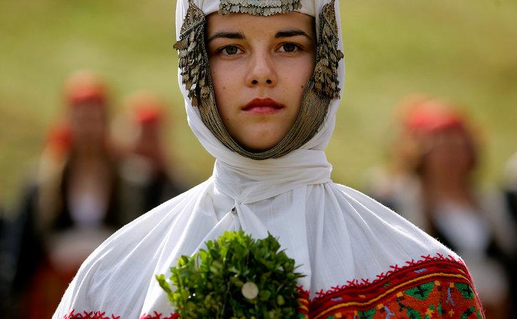 رابطه سنت و لباس عروسی ! امروزه بسیاری چنین می پندارند که در مراسم ازدواج، داماد باید کت و شلوار به تن داشته باشد و عروس هم در جامه بلند و سفید رنگ ظاهر شود. اگر چه پوشیدن چنین لباس هایی توسط عروس و داماد ایرادی ندارد، با این حال در فرهنگ های بیشماری در سراسر جهان لباس عروسی بسیار متفاوت از مفهوم امروزی آن است. و هستند، عروس و داماد هایی که ترجیح می دهند در جشن ازدواجشان لباس سنتی مختص سرزمین خود را به تن کنند. لباسی که متاثر از فرهنگ و مذهب آنها می باشد .