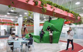 طراحی فوق العاده دفتر کاری در چین با پیست دو ، باغ گیاهان و یک کوه کوچک