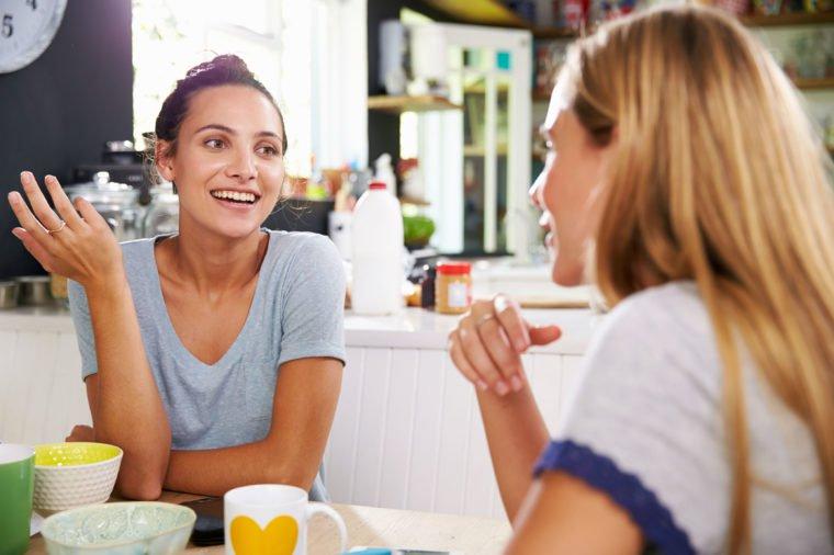 6 مورد از عادتهای آزارنده هنگام صحبت کردن که خودتان از آنها بی خبرید!
