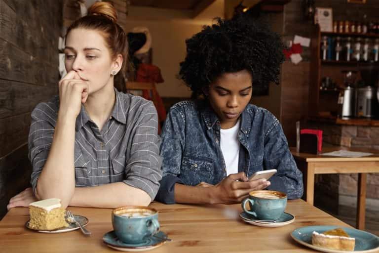 9 نشانه ی واضح که نشان می دهند شما در رابطه ی دوستی مخرب و سمی قرار دارید!