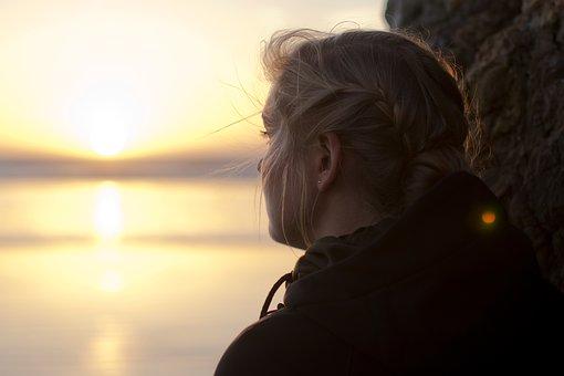 آیا من درونگرا هستم یا خجالتی؟ 20 نشانه که می گویند شما فردی درون گرا هستید!