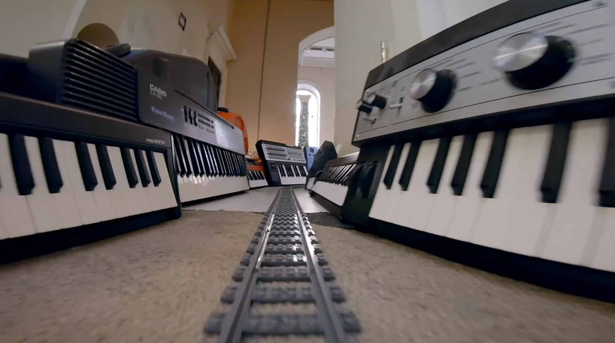 موزیک ویدیو ANNA MEREDITH - Paramour ؛ ویدیویی خلاقانه زاویه دید قطاراسباب بازی