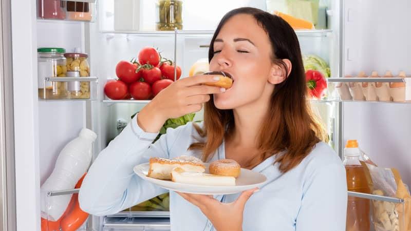 8 مورد از رایجترین نشانه های اعتیاد به غذا ؛ آیا پرخوری هم اعتیادآور است؟