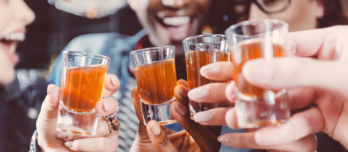 دلایل نوشیدن الکل ؛ چرا بعضی ها عاشق مشروب هستند؟