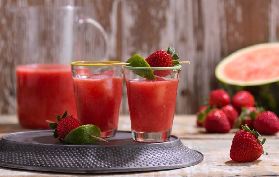 اسموتی هندوانه و توت فرنگی از بهترین نوشیدنی ها برای رفع عطش